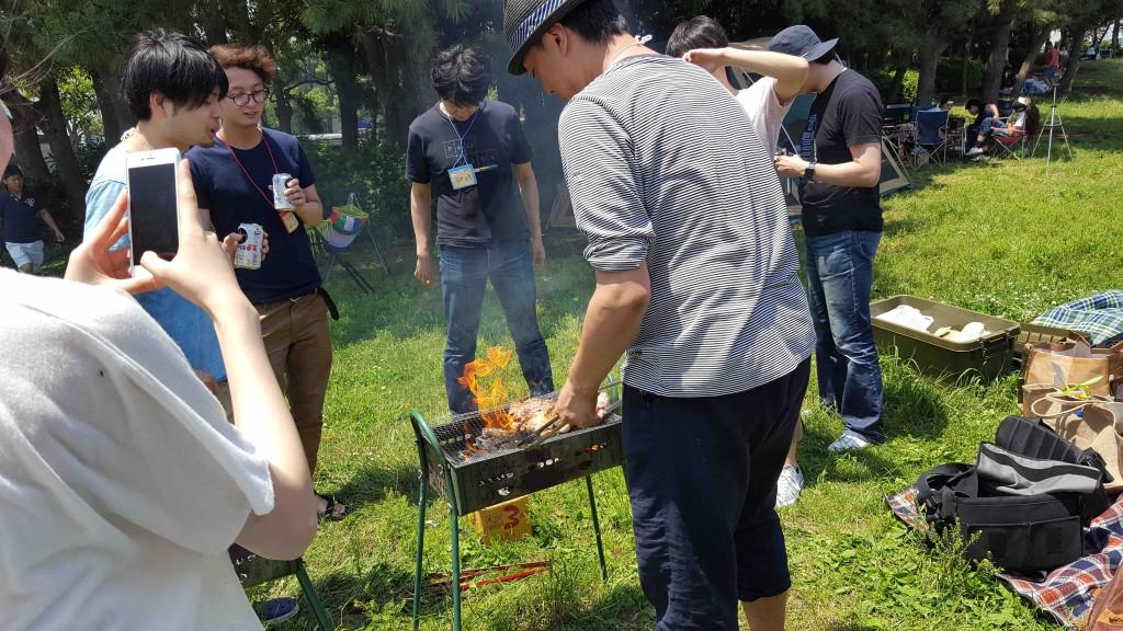 男らしく7キロ超の肉を焼きまくり、男子にモテていた弊社 青井。