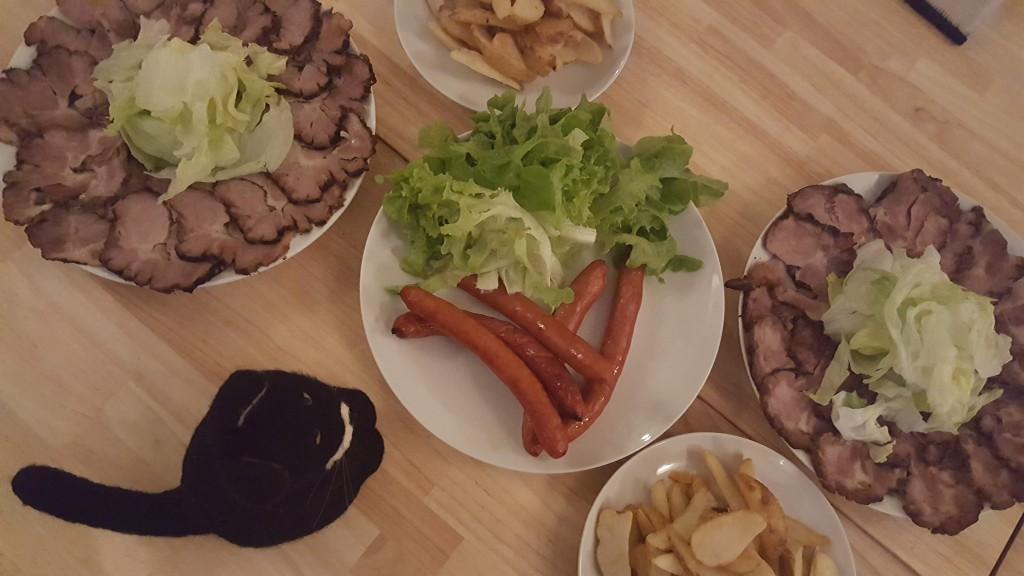 肉肉しい前菜。やのだんごのマスコット、黒猫さんもお肉に惹かれていました。