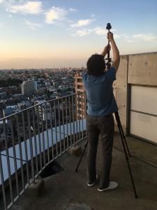 夕焼けのタイムラプス撮影に挑戦する松崎