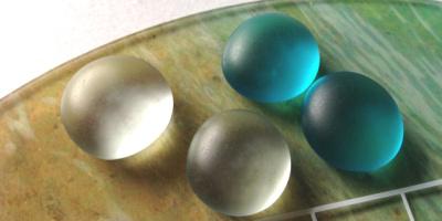 海の碁盤には、水色と透明の碁石