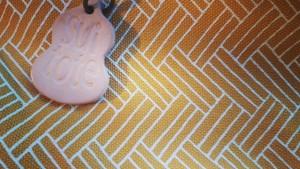 すいトート マルシェの「キイロ」はややくすんだ黄色。籠目はプリントされています。