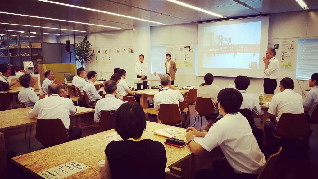 富士通有志グループの皆さまにクラウドファンディングをご紹介する松崎