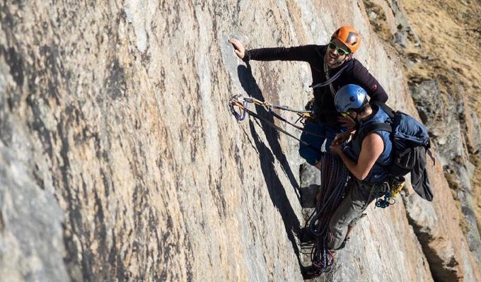 なぜかSLICKSとは違うバックパックで登山するクルデイン達の写真(登山好き、という事はわかりました)